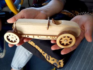 model drewnianego samochodu, zabawka
