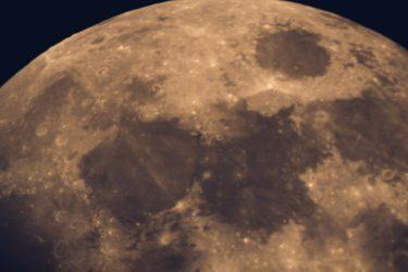 księżyc z bliska w nocy