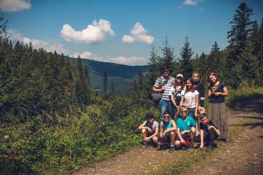 grupa dzieci na wycieczce w górach