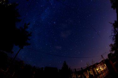 nocne niebo pełne gwiazd