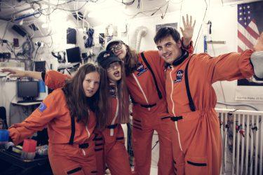 Atrakcje - dzieci przebrane w stroje kosmonautów w obserwatorium astronomicznym