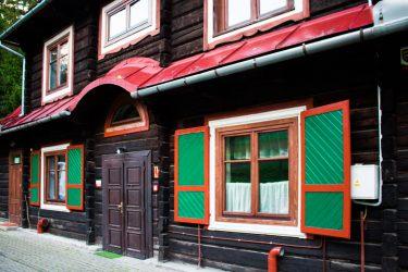 Ośrodek Górski Kordon z zewnątrz, drewniany dom z czerwonym dachem