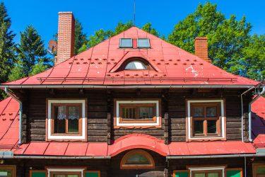 Ośrodek Górski Kordon z zewnątrz, drewniany dom z czerwonym dachem, zbliżenie