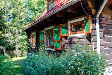 Ośrodek Górski Kordon z zewnątrz, drewniany dom z okiennicami