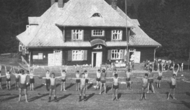 archiwalne zdjęcie czarno-białe, dzieci ćwiczące przed Ośrodkiem Górskim Kordon