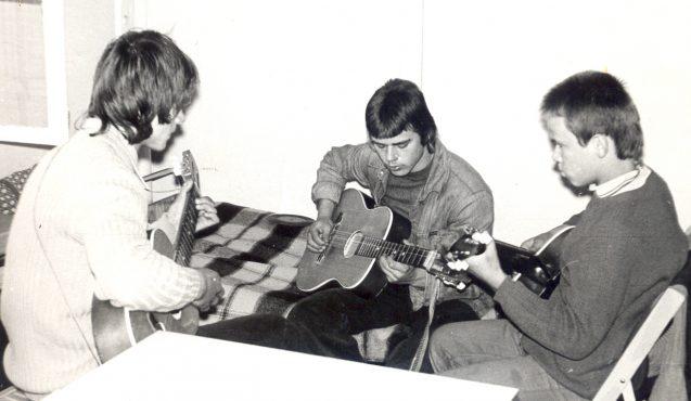archiwalne zdjęcie czarno-białe, dzieci grające na gitarze