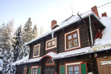 Ośrodek Górski Kordon zimą, sople zwisające z dachu