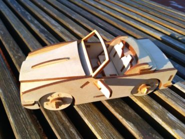 model drewnianego samochodu ze sklejki, zabawka