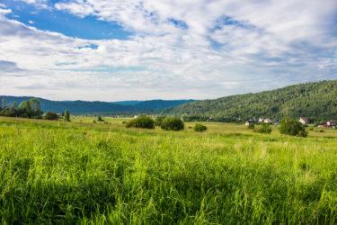 widok na góry i doliny oraz łąkę