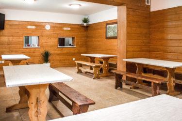 Jadalnia, Ośrodek Górski Kordon, stoły i ławy drewniane