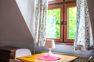 Pokój wieloosobowy w Ośrodku Górskim Kordon, stolik i krzesła