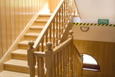 drewniane schody w Ośrodku Górskim Kordon